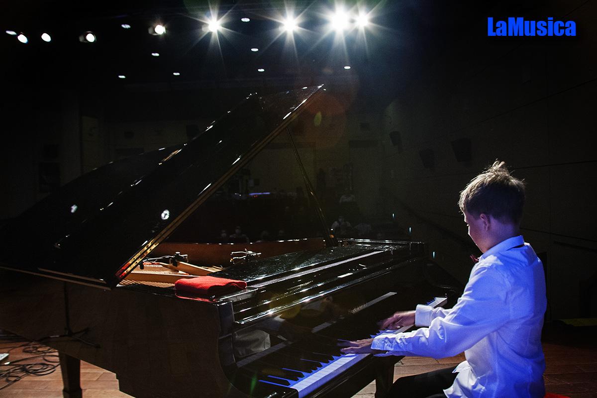 Uczeń grający na fortepianie