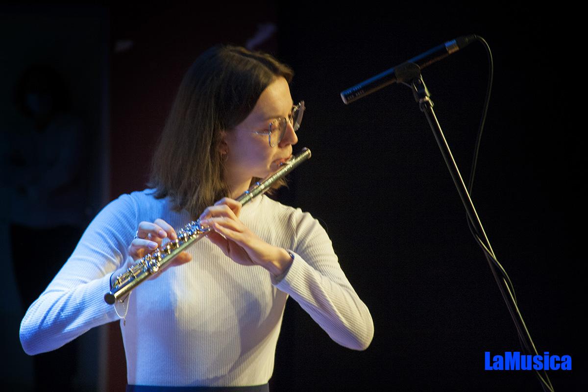 Uczennica gra na flecie poprzecznym