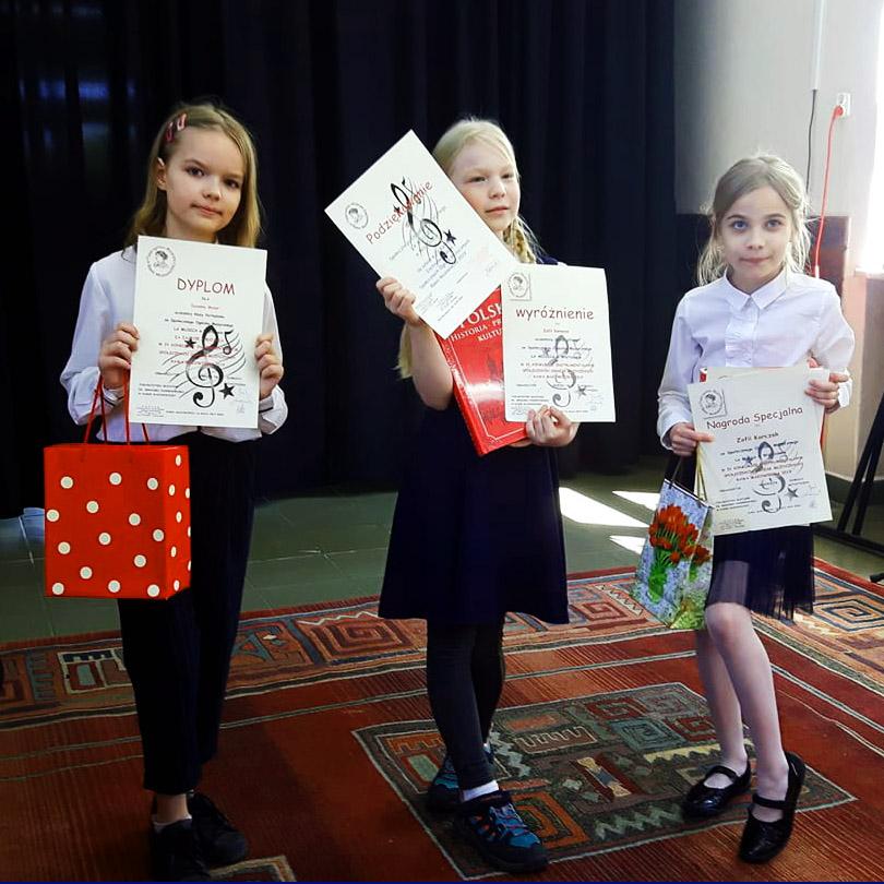 dziewczyny z dyplomami