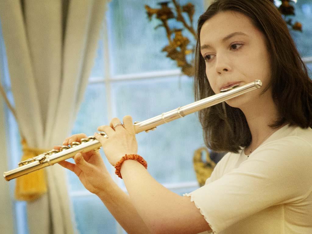 Uczennica grająca na flecie poprzecznym