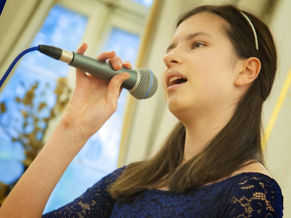 Uczennica śpiewająca